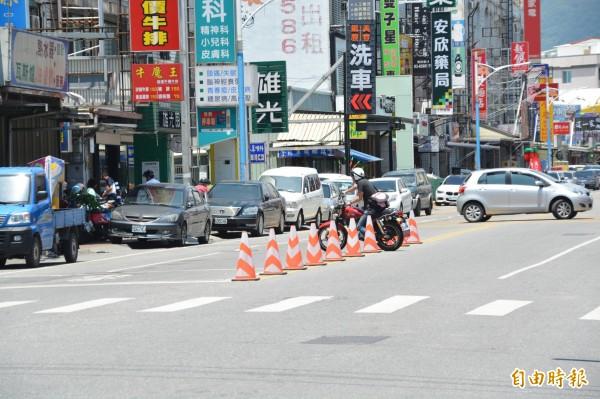 花蓮警方在重要路口設置交通錐避免民眾貪圖方便逕行迴轉,但仍有汽、機車駕駛視若無睹明顯違規。(記者王峻祺攝)