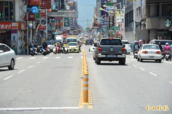 花蓮警方在市區中正路重要路口設置整排的固定式「防撞桿」,避免汽、機車貪圖方便逕行迴轉、搶快左轉或穿越雙黃線。(記者王峻祺攝)