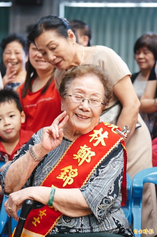 高齡93歲的林鄭錦鳳出生於日據時期,早年丈夫擔任卡車司機,常一大早要外出送貨,林鄭錦鳳不但要照顧家中兒女,還要將丈夫載回來的米以純手工挑出碎石,拿上街兜售。(記者王駿杰攝)