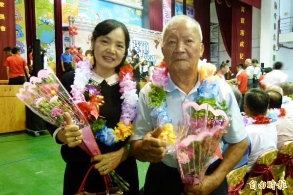 「青草伯」鄒清山與媳婦林淑靖獲選模範父親、母親。(記者蔡宗勳攝)