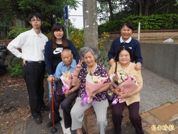 賴碧美(後排右一)的9旬父母和比YA的82歲婆婆,在其眼中都很可愛,而她孝順的態度也影響其一對兒女,對阿公阿嬤很孝順。(記者陳鳳麗攝)