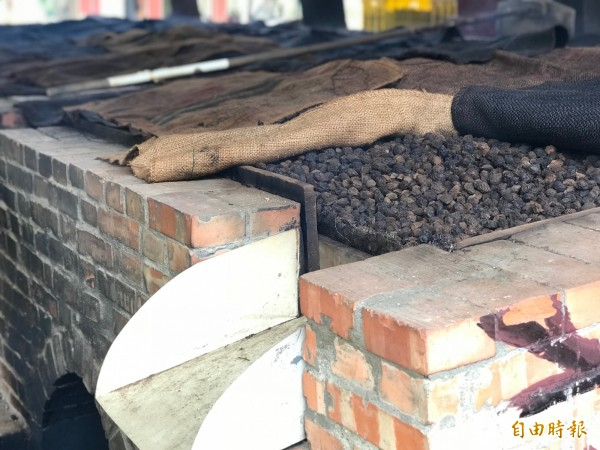 烤了7天的烏梅再用傳統的舊灶烘烤兩天,味道更濃。(記者陳鳳麗攝)