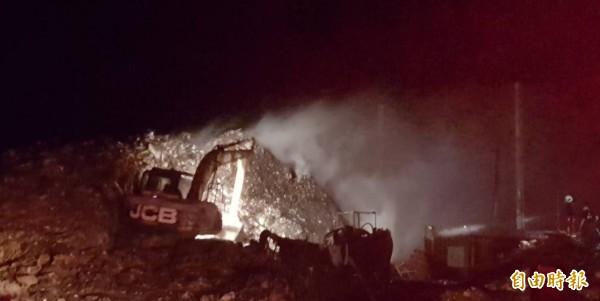 湖西垃圾轉運站惡夜大火,怪手緊急出動撥開垃圾山。(記者劉禹慶攝)