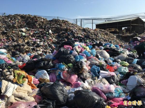澎湖垃圾無法外運,已堆積如山。(記者劉禹慶攝)