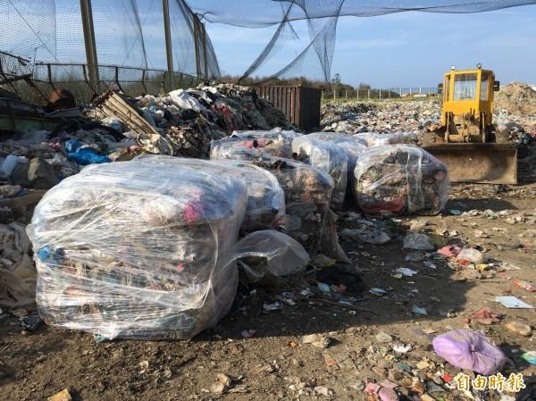 環保局緊急將垃圾包膜,防止沼氣及臭味外洩。(記者劉禹慶攝)