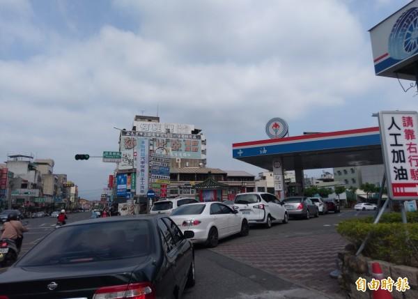 汽、柴油明天調漲,嘉義市中油吳鳳路站已現加油車潮。(記者王善嬿攝)