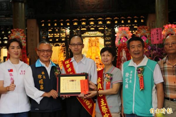 中原大學化學系博士張凱鈞(左三)一邊工作一邊苦讀,終於獲得博士學位。(記者鄭名翔攝)