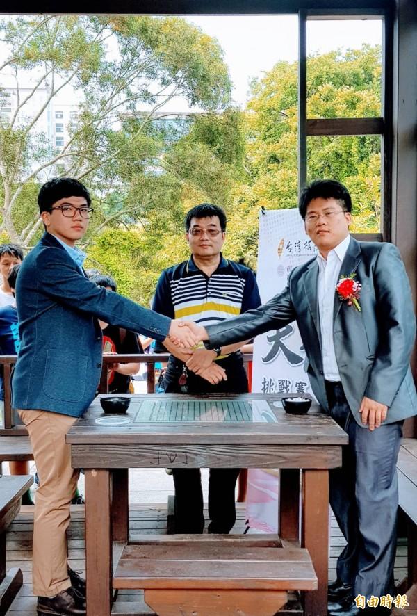 台灣棋院舉辦的第17屆天元挑戰賽,由挑戰者楊博崴(左)挑戰衛冕者王元均(右),結果第一局賽事由楊博崴獲勝,先攻下一城。(記者洪美秀攝)