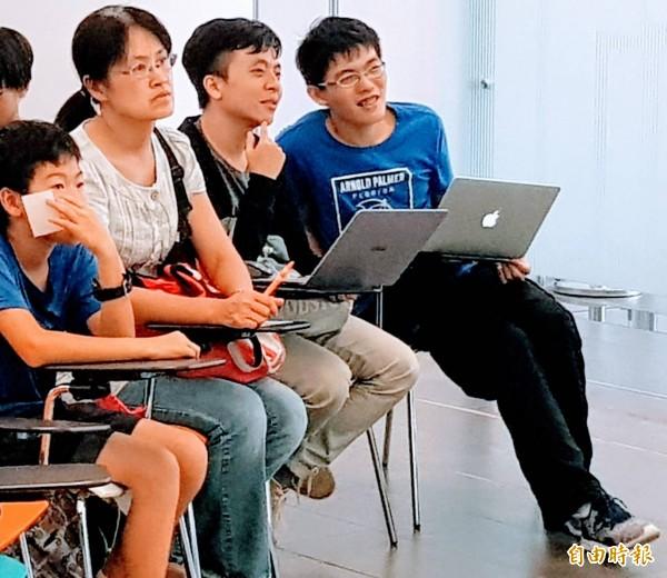 台灣棋院第17屆天元挑戰賽第一局在清大奕園開賽,誰先拿到四勝,就擁有天元的頭銜,吸引不少觀賽者關心。(記者洪美秀攝)