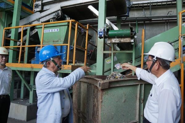 正隆后里廠廠長林榮榛(右)向新竹縣長邱鏡淳(左)解釋如何讓廢棄物轉變成為能源燃料。(圖由新竹縣政府提供)