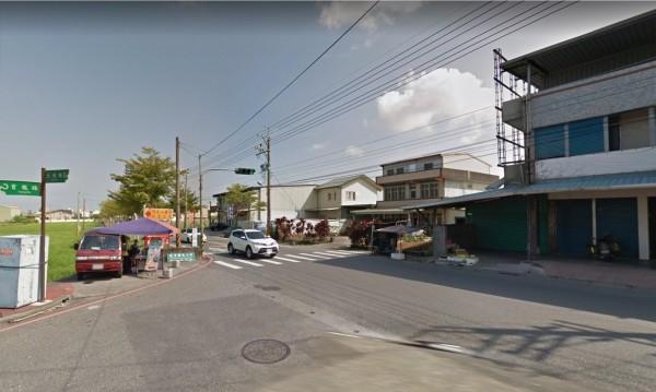 一輛滿載灌漿模板的大貨車,行經宜蘭縣礁溪鄉育龍路時,疑貪快甩尾過彎,車上木板四散,險砸毀一旁水果攤。(圖擷取自googlemap)