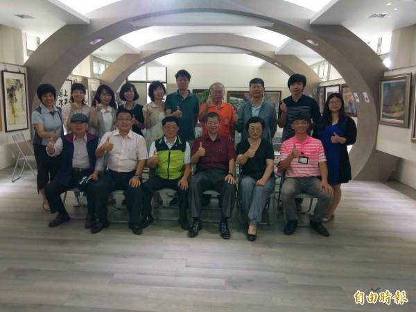華南高商百年校慶活動,今由藝文聯展打頭陣揭幕。(記者王善嬿攝)