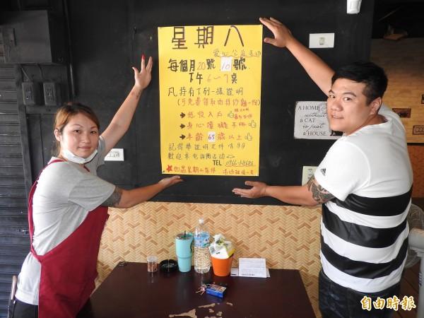 廖千惠(左)與張家瑋(右)的熱炒店,每月10、20日也免費供應肉絲炒麵給弱勢長輩享用。(記者佟振國攝)