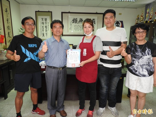 南光國小校長吳松輝(左二)頒發感謝狀,感謝廖千惠與張家瑋(右三、右二)的愛心。(記者佟振國攝)