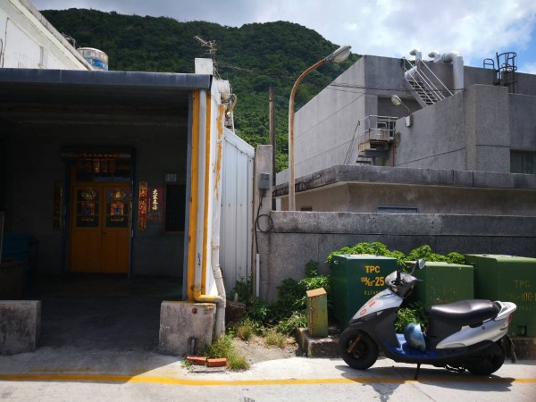 綠島電廠(右)緊鄰民宅,附近居民抱怨噪音且空污。(記者黃明堂翻攝)