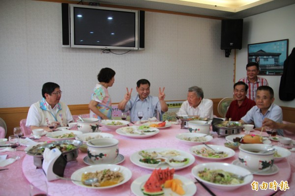 在終於向基層正藍軍說出自己的心聲後,國民黨籍新竹縣議會副議長陳見賢忍不住開心比出勝利的手勢。(記者黃美珠攝)