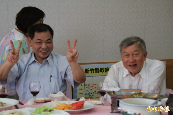 在終於向基層正藍軍說出自己的心聲後,國民黨籍新竹縣議會副議長陳見賢(左)忍不住開心比出勝利的手勢。(記者黃美珠攝)