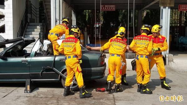 新竹市義消總隊特搜隊,集結30名受過長期救援訓練的專業特搜隊員,成為一支具備支援搜救能力的專業隊伍。(記者蔡彰盛攝)