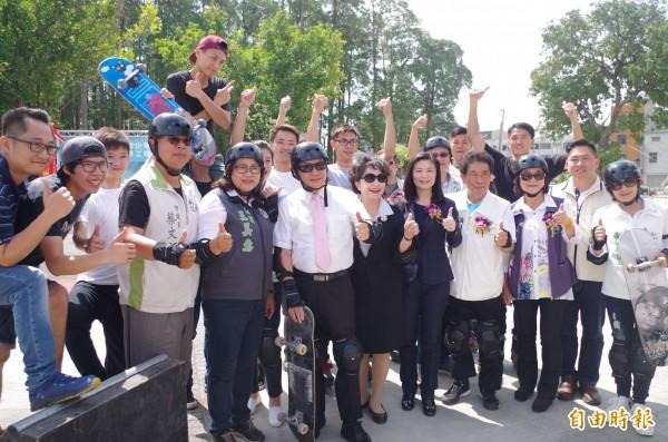 香湖公園極限運動場動土,市長涂醒哲等人穿戴護具小試身手。(記者王善嬿攝)