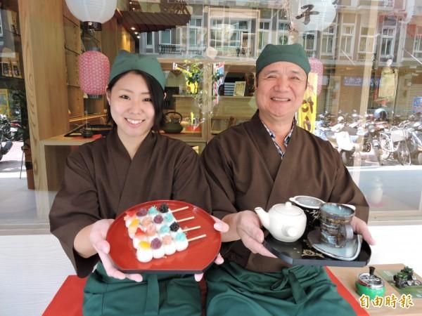 和心茶寮店長田島彩美(左)介紹店內商品。(記者張菁雅攝)