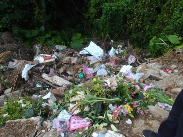 羅東壽園火化場旁空地,昨天被拍到大批廢棄物。(圖由宜蘭縣議長陳文昌辦公室提供)