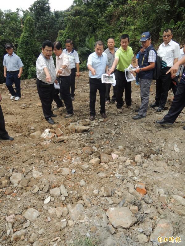 宜蘭縣議長陳文昌(左5)今天到場察看時,現場廢棄物不翼而飛。(記者江志雄攝)