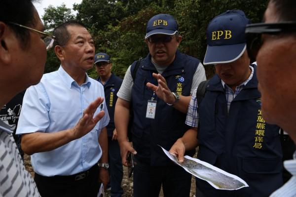宜蘭縣議長陳文昌(左2)要求環保局人員開挖。(記者江志雄翻攝)