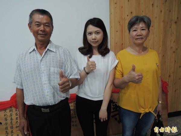 洪珮瑜(中)與父母親都是種茶製茶高手。(記者江志雄攝)