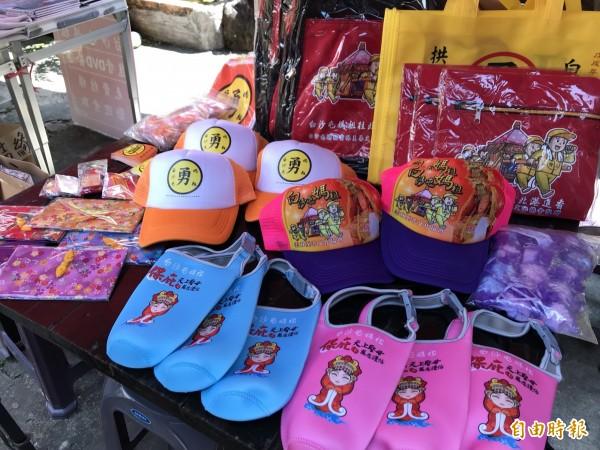 白沙屯媽祖徒步進香,今年免費結緣品達百種,有杯袋、帽子等,與信眾結緣。(記者張勳騰攝)