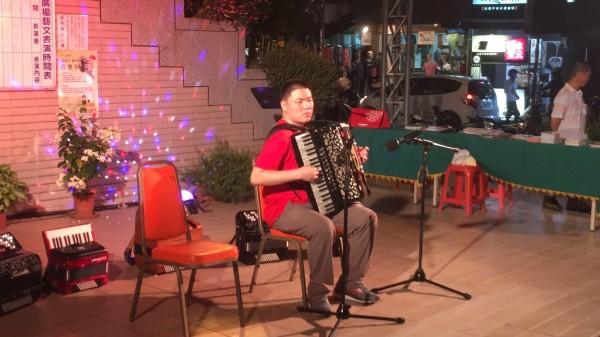 台灣盲人手風琴音樂家呂宗儒也到場表演。(草屯鎮公所提供)