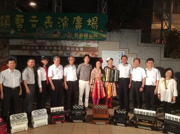 促成音樂會的南投縣醫師手風琴樂團成員,和草屯鎮長洪國浩(右4)音樂會後和兩位日本音樂家合照。(草屯鎮公所提供)