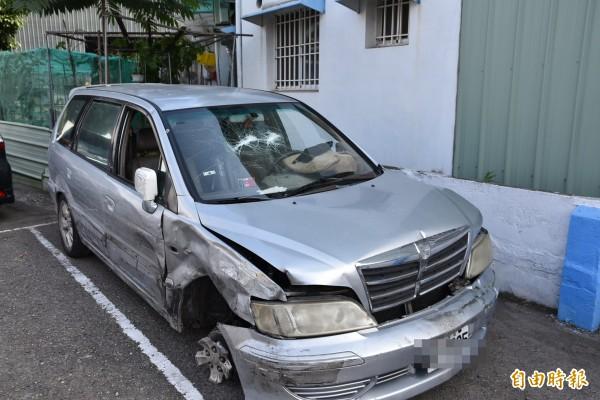 石嫌竊車後被斗南警方發現逃逸多次衝撞警車,車子右前輪只剩鋁圈。(記者黃淑莉攝)