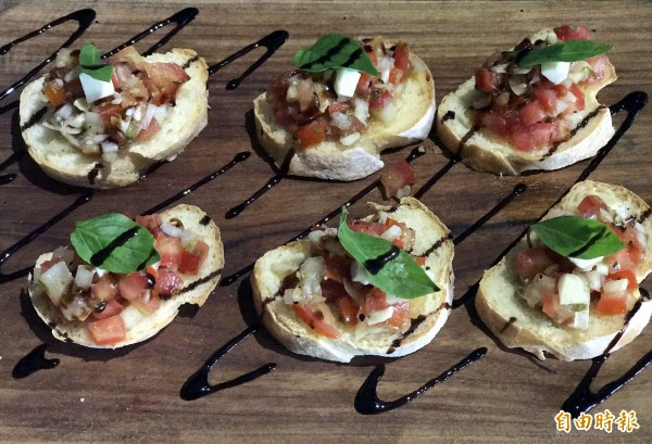 地中海海鮮溫沙拉作法獨特,色香味俱佳,令人看了食指大動。(記者黃良傑攝)