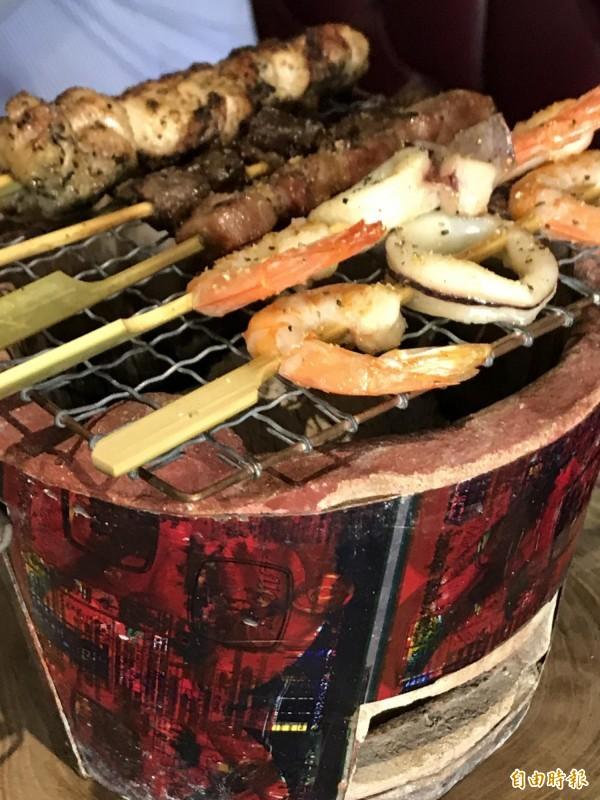 貨櫃烘爐串燒油而不膩,老闆還特地遍尋特製烘爐,使在冷氣房內也能保有原味。(記者黃良傑攝)