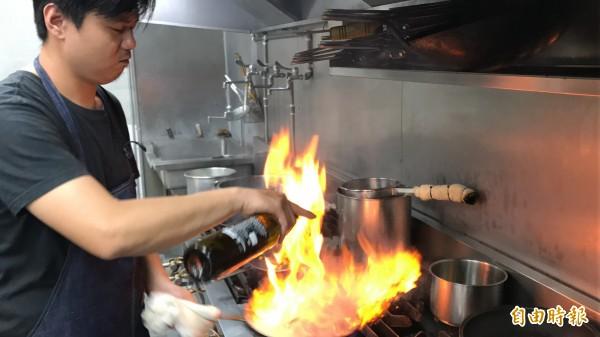 主廚精心料理每道創意風味餐,滿足每位饕客的口味。(記者黃良傑攝)