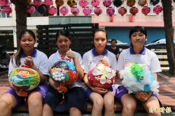 頭份國中學生的特色花燈,一舉囊括國中組所有獎項。(記者鄭名翔攝)