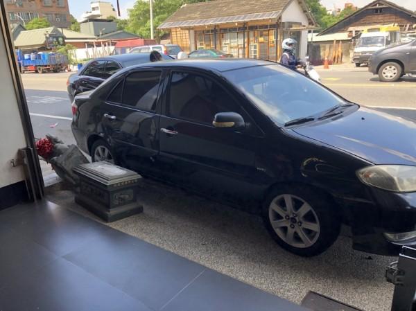 廟前的石麒麟被車子撞倒。(記者丁偉杰翻攝)