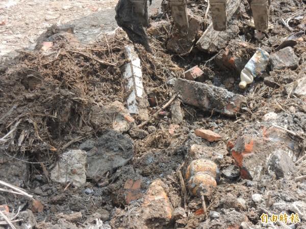 開挖現場出現許多廢棄土方。(記者江志雄攝)