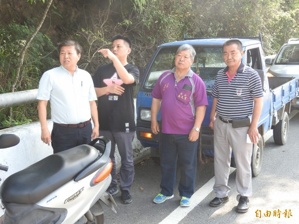 國姓鄉長丘埔生(左1)前往台14線北山隧道口會勘,建議公路單位儘速改善號誌問題。(記者佟振國攝)
