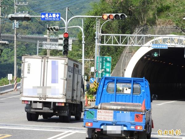 前方明明是紅燈禁行,仍有貨車高速闖紅燈而過。(記者佟振國攝)