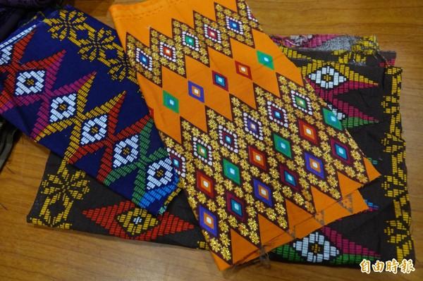 來自馬來西亞的張曉虹,回家鄉募集布料,充滿異國風味。(記者劉曉欣攝)