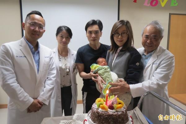 38歲熟女卵巢早衰,僅取出2顆卵,經紡錘體鏡定位術順利產子,母子今出院,院方開心送上蛋糕祝賀。(記者蘇孟娟攝)