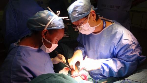 成大醫院醫療團隊前往非洲肯亞為當地洗腎患者進行動靜脈瘻管手術,並為當地醫師做示範手術教學。(圖:成大醫院提供)