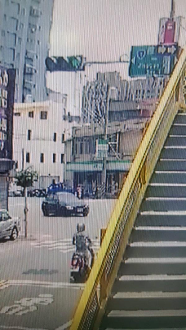 從這個鏡頭可以很清楚看到,騎機車的李女綠燈直行,魏姓大學生的黑色轎車紅燈右轉。(記者蔡彰盛翻攝)