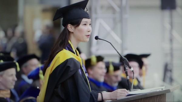 美國柏克萊大學150年來首度由我國學生、陽明大學畢業的葉采衢,代表畢業生致詞。(圖由陽明大學提供)