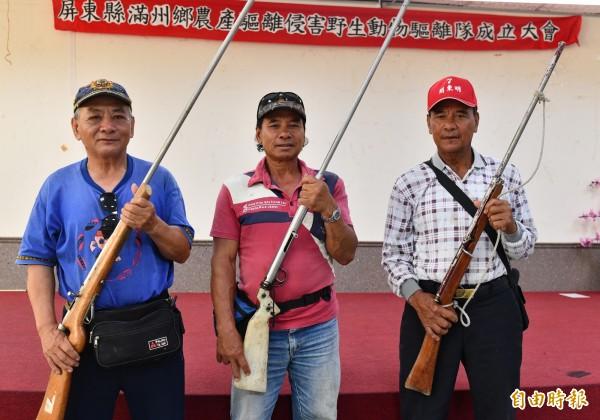 滿州舉槍成立「滿州鄉農產侵害野生動物驅離隊」。(記者蔡宗憲攝)