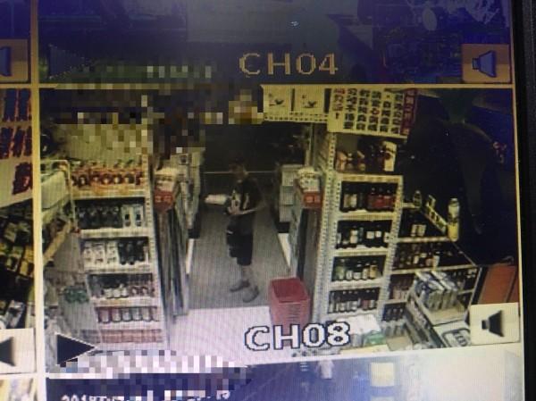 柯姓男子到賣場偷雞蛋被監視器拍下(記者葉永騫翻攝)