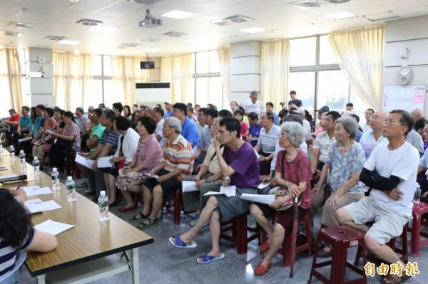 竹南鎮公所今早舉行路邊停車收費說明會,吸引許多鎮民參加。(記者鄭名翔攝)