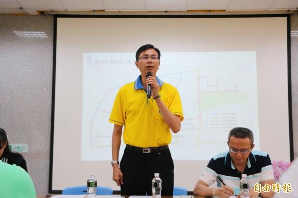 竹南鎮長康世明強調,會採漸進式推行,以假放樣後蒐集各方意見並了解可能問題。(記者鄭名翔攝)