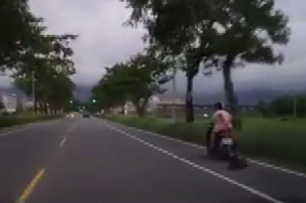 男女雙載拖拉跌倒的黑狗,網友痛斥沒人性。(擷取自爆料公社)